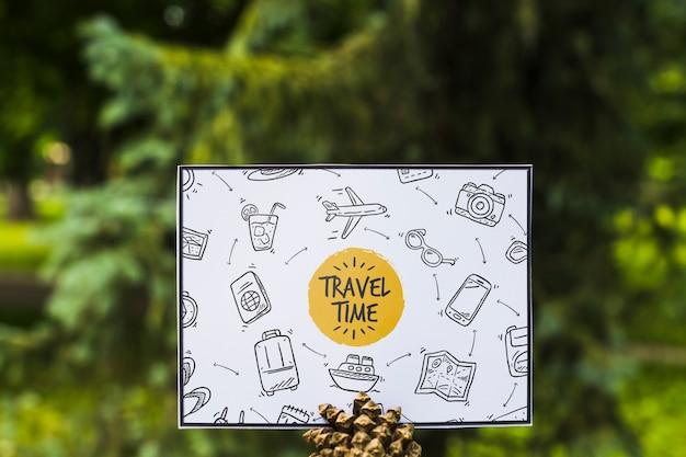 Papierowy mockup w naturze dla podróży pojęcia