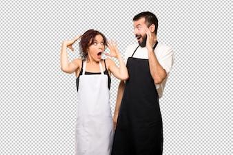 Para kucharzy z zaskoczeniem i zszokowany wyraz twarzy