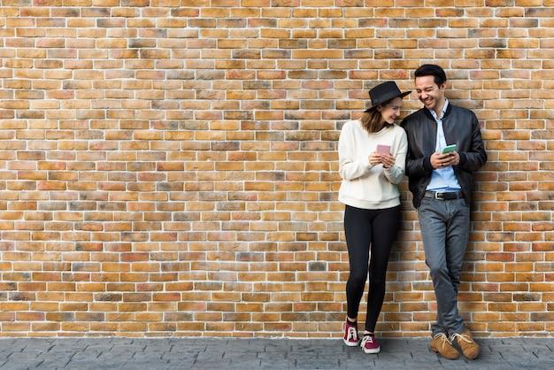 Para umawiająca się przed murem
