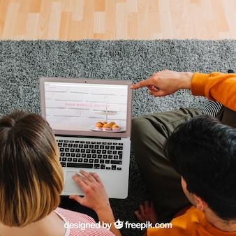 Para używa laptop wpólnie
