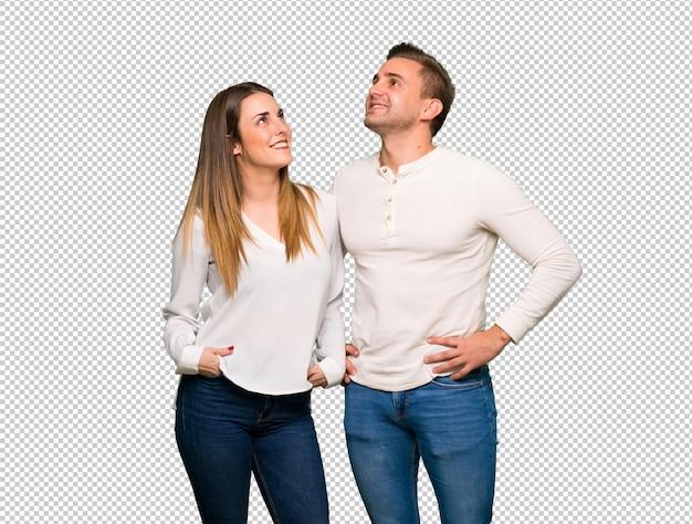 Para w walentynki przyglądającej up podczas gdy ono uśmiecha się