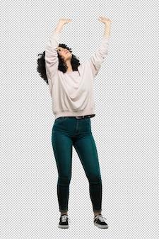 Pełna ciało młoda kobieta trzyma coś