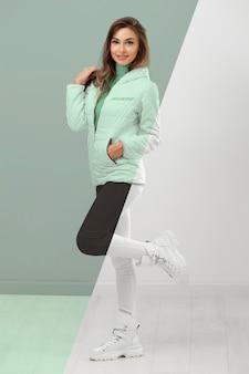Pełne ujęcie modelu w zimowych ubraniach