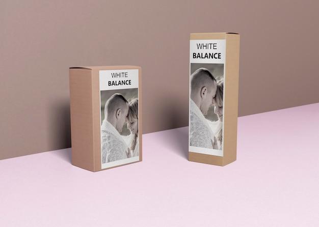 Perfumy na pudełkach na stole