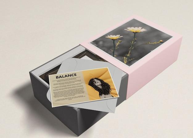 Perfumy w pudełkach z opisem