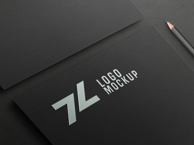 Perspektywa makieta z wytłoczonym logo ze srebrnej folii