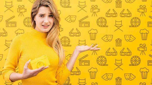 Piękna kobieta z żółtym pojęcie egzaminem próbnym