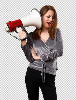 Piękna młoda dziewczyna trzyma megafon