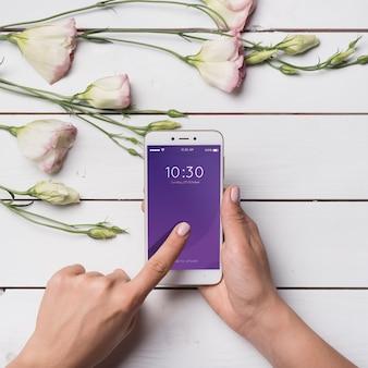 Piękny smartphone makieta z kwiatową dekoracją