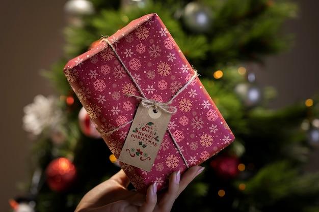 Piękny zapakowany prezent z etykietą i widok z przodu liny