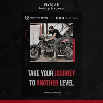Pionowa ulotka dla agencji motocyklowej z kierowcą płci męskiej