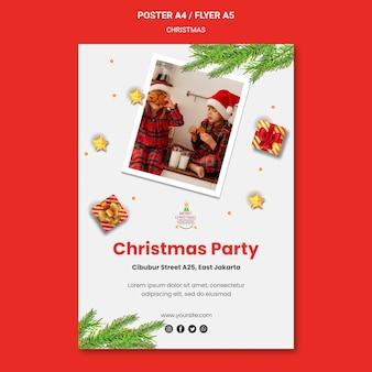 Pionowy plakat na przyjęcie bożonarodzeniowe z dziećmi w czapkach mikołaja