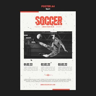 Pionowy szablon plakatu do piłki nożnej z kobietą gracza