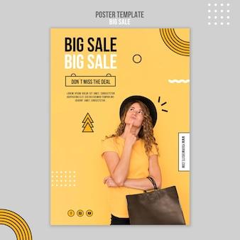Pionowy szablon plakatu na dużą sprzedaż z kobietą i torbą na zakupy