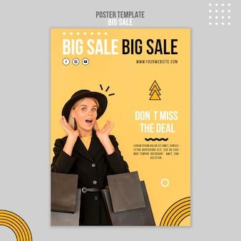 Pionowy szablon plakatu na dużą sprzedaż z kobietą i torbami na zakupy