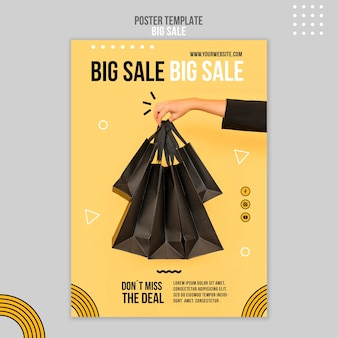 Pionowy szablon plakatu na dużą sprzedaż z kobietą trzymającą torby na zakupy