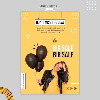 Pionowy szablon plakatu na dużą sprzedaż z kobietą