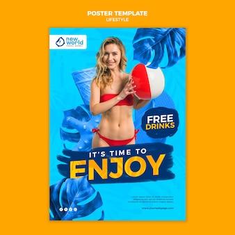 Pionowy szablon plakatu na letnie wakacje na plaży