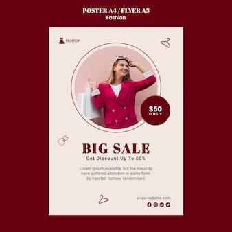Pionowy szablon plakatu na sprzedaż mody z kobietą i torbami na zakupy