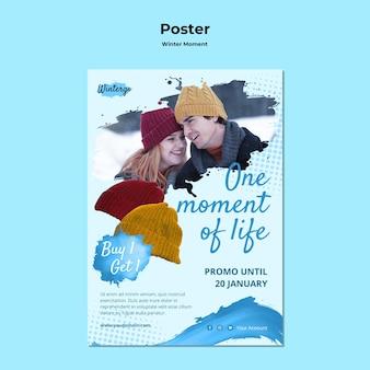 Pionowy szablon plakatu na zimowe chwile dla par