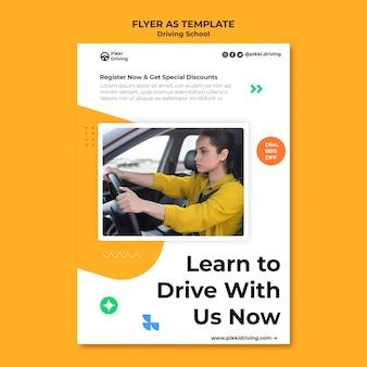 Pionowy szablon ulotki do szkoły jazdy z kobietą i samochodem