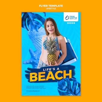 Pionowy szablon ulotki na letnie wakacje na plaży