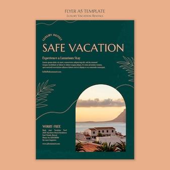 Pionowy szablon ulotki na luksusowe wakacje