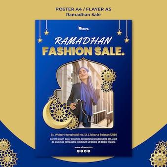 Pionowy szablon ulotki na sprzedaż w ramadanie