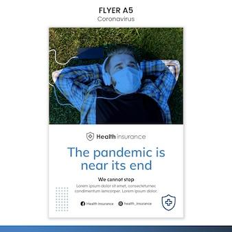 Pionowy szablon ulotki na temat pandemii koronawirusa z maską medyczną