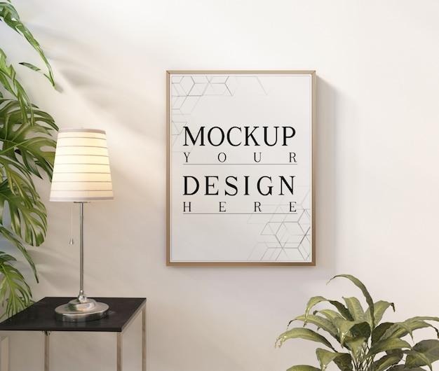 Plakat makiety w nowoczesnym białym salonie z donicą i lampką stołową