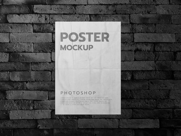 Plakat na ciemnym tle ceglanego muru