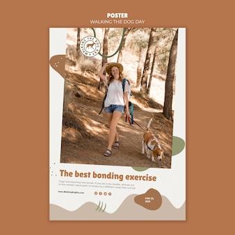 Plakat spacerujący z szablonem reklamy dnia psa
