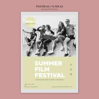Plakat z przyjaciółmi na letnim festiwalu filmowym