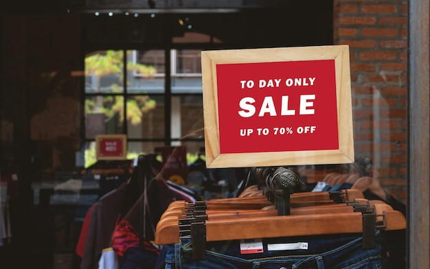 Plakatowa makieta papierowa specjalna promocja umieszczona przed sklepem odzieżowym
