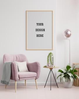 Plakatowa makieta z pionową ramą na pustej białej ścianie we wnętrzu salonu