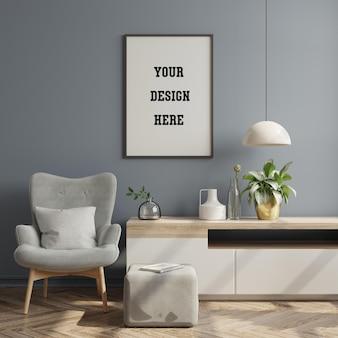 Plakatowa makieta z pionową ramą na szarej ścianie we wnętrzu salonu z aksamitnym szarym fotelem