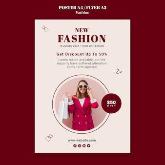 Plakatowy szablon sprzedaży mody z kobietą i torbami na zakupy