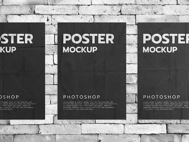 Plakaty na białym tle ceglanego muru