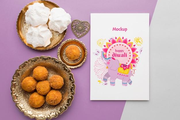 Płaska makieta szczęśliwego festiwalu diwali ze słodkimi deserami