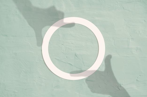 Płaski leżał widok z góry kreatywnych lato z białą okrągłą ramką z papieru z cieniem ramy strony