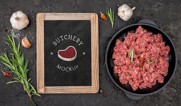 Płaski sklep mięsny z surowym mięsem
