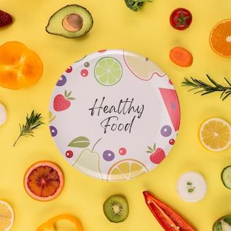 Płaski talerz z owocami i warzywami