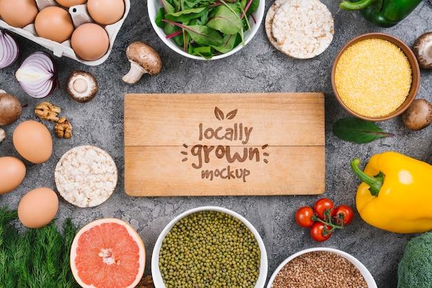 Płaski tekst świecki i veggies makiety wegańskiego jedzenia