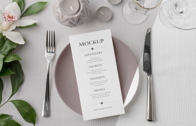 Płaski układ makiety menu wiosennego na talerzu ze sztućcami i kwiatami