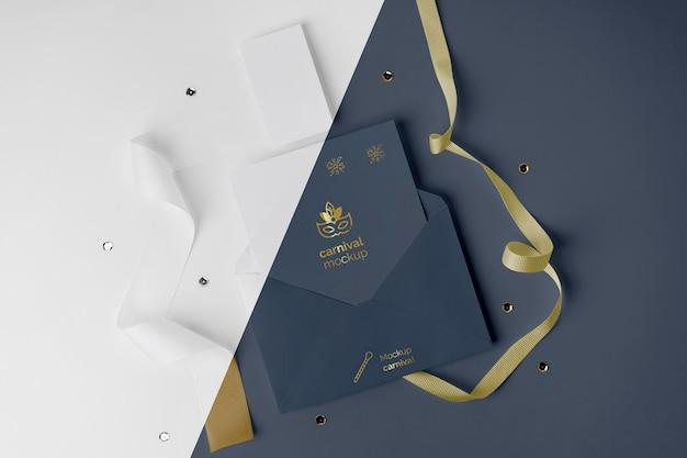 Płaski układ minimalistycznego zaproszenia na karnawał w kopercie