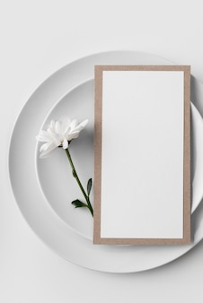 Płaski układ stołu z talerzami i makietą menu wiosennego