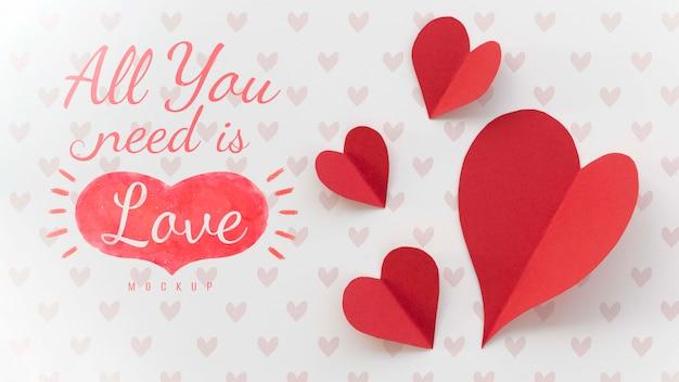 Płaski układ wiadomości o miłości z papierowymi sercami