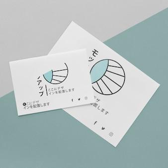 Płaskie dokumenty papierowe z makietą logo
