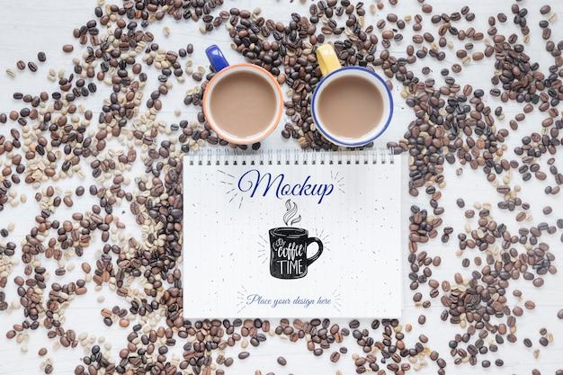 Płaskie kubki wypełnione kawą i ziarnami kawy