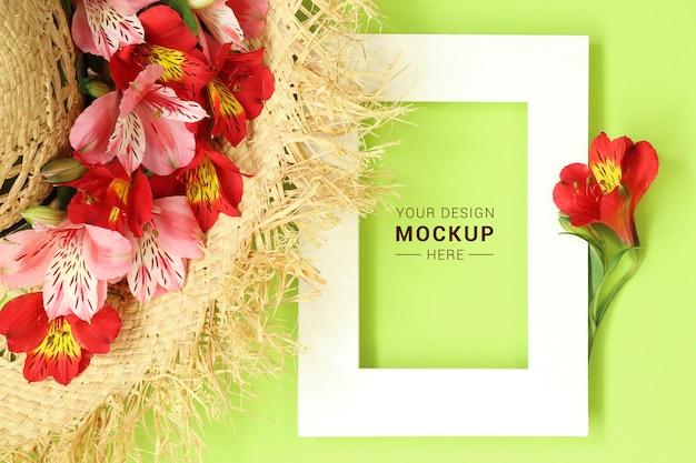 Płaskie świeckich makieta rama ze słomianego kapelusza urządzone tropikalne kwiaty